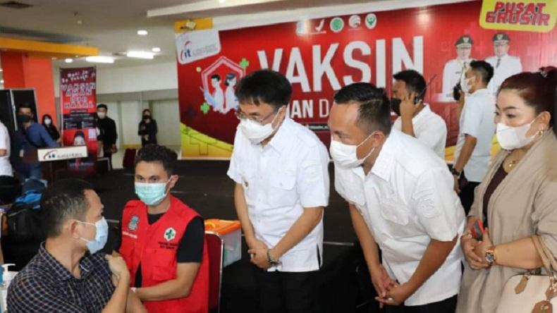 Wali Kota Andrei Angouw dan Wakil Wali Kota Richard Sualang meninjau lokasi vaksinasi massal, belum lama ini. (ist)