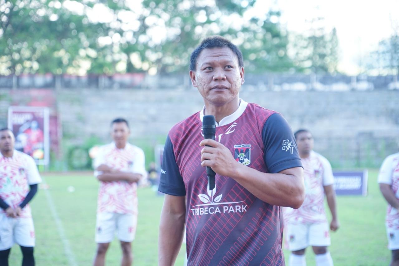 Foto : Jendri Pitoy saat diperkenalkan oleh Manajemen Persmin di Stadion Maesa, 22/8/2021. (Foto: istimewa)